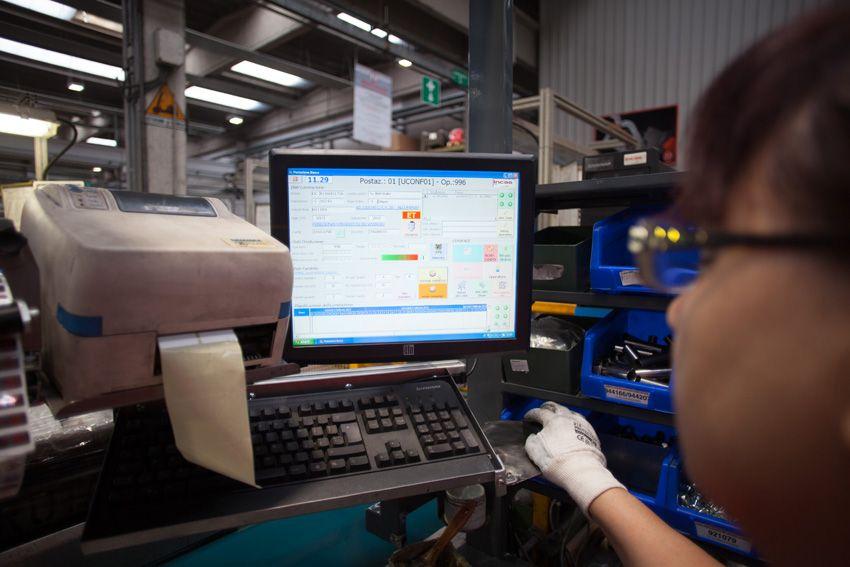 display interattivo a bordo dei punti di assemblaggio aiuta l'operatore