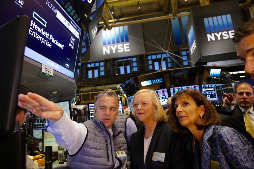 La presidente e ceo di HPE Meg Whitman e il presidente del board, Pat Russo, al piano di trading NYSE