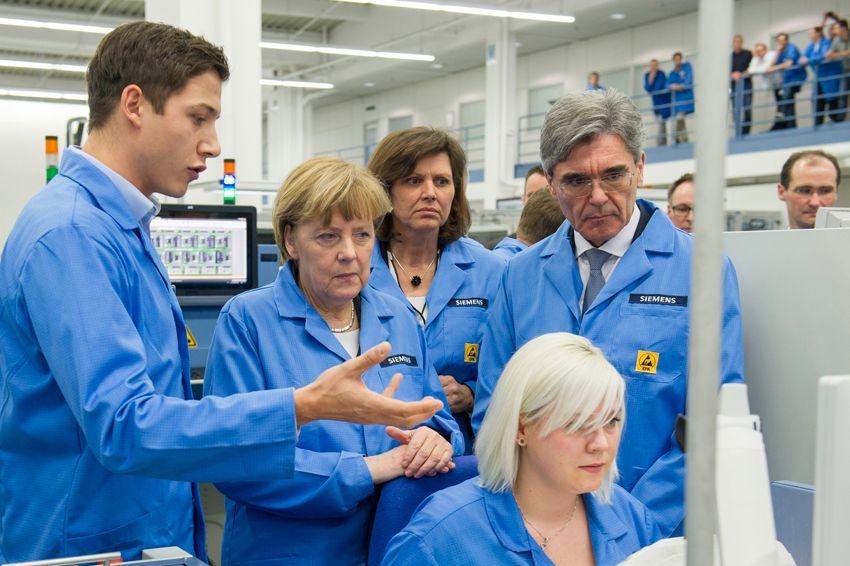 Visita di Angela Merkel in una fabbrica digitale Siemens