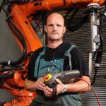 Operatore con robot in fabbrica
