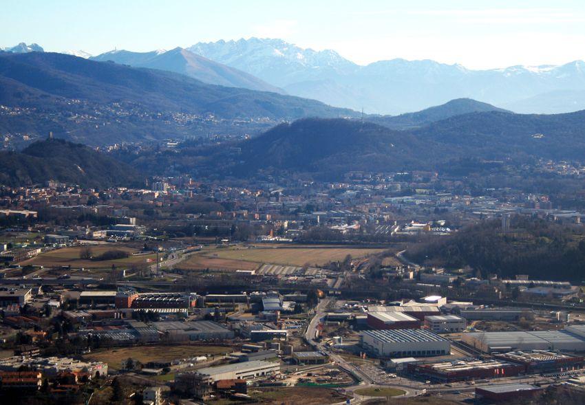 Paesaggio e industria: l'area delle fabbriche vicino a Como