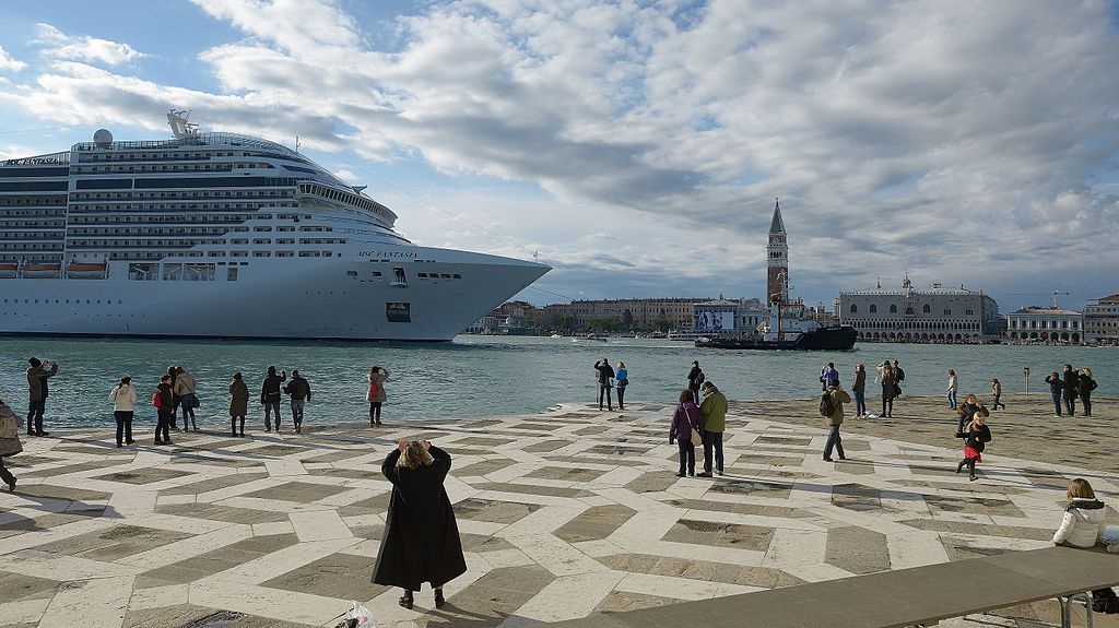 cruiseship_passing_venice