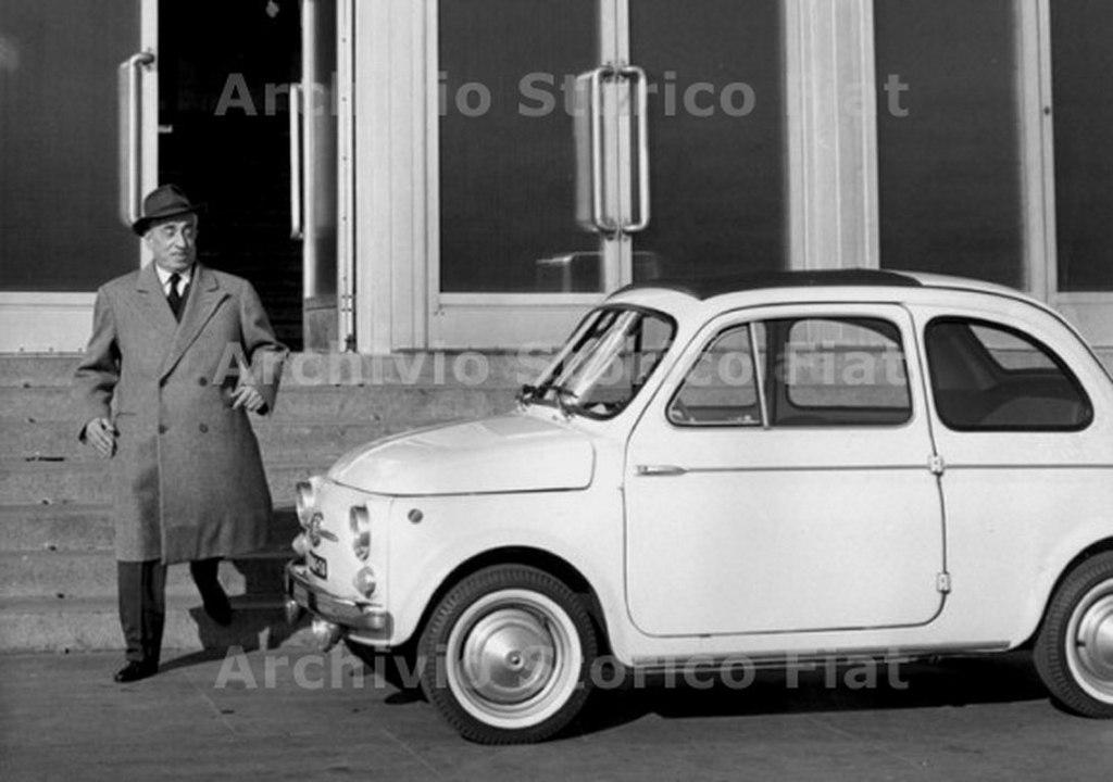 1024px-Vittorio_Valletta_accanto_alla_Fiat_500_D,_Torino_1964_-_san_dl_SAN_IMG-00001315